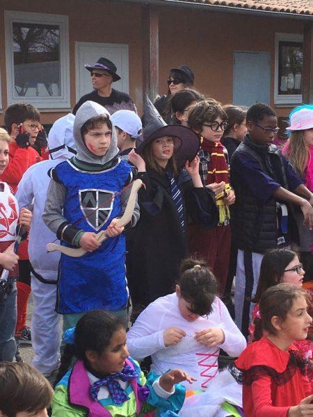 Comme tous les ans, le 09 mars, l'école s'est parée de ses plus beaux atours pour fêter dignement le Carnaval 2018. Lors du défilé dans la cour de l'école, les enfants ont pu, ce jour-là, exhiber leurs plus beaux costumes ou exprimer leur créativité dans la conception d'un déguisement original.